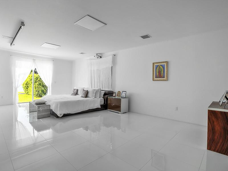 Master bedroom with waterfront views in Miami Beach. Waterfront Homes Biscayne Point